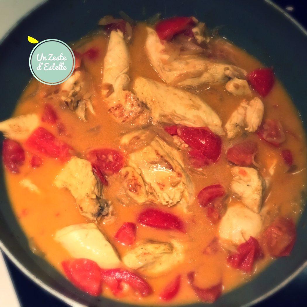 La préparation mijote avec les tomates et le lait de coco