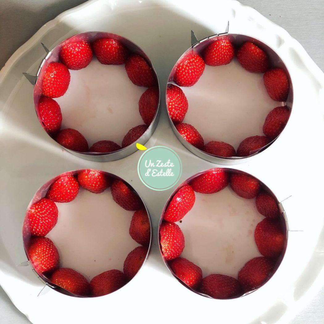 Fraisier sans lactose : chemisez les moules avec des fraises