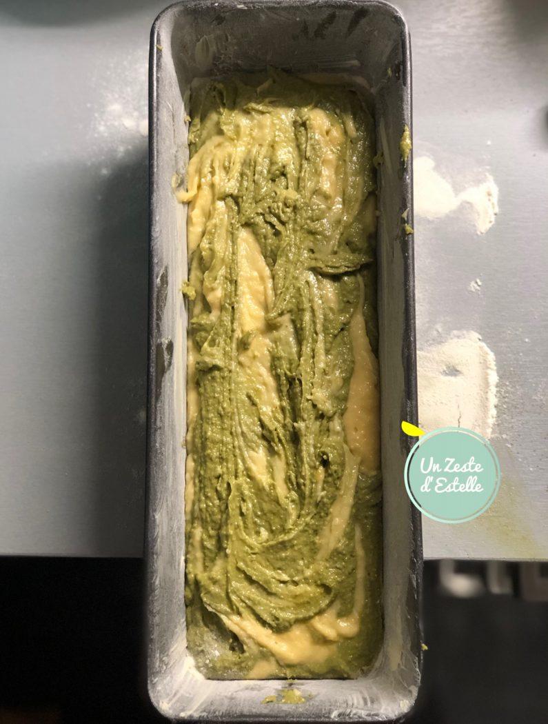 Versez sur toute la longueur une partie de la pâte au chocolat blanc, puis une cuillère de pâte au thé Matcha