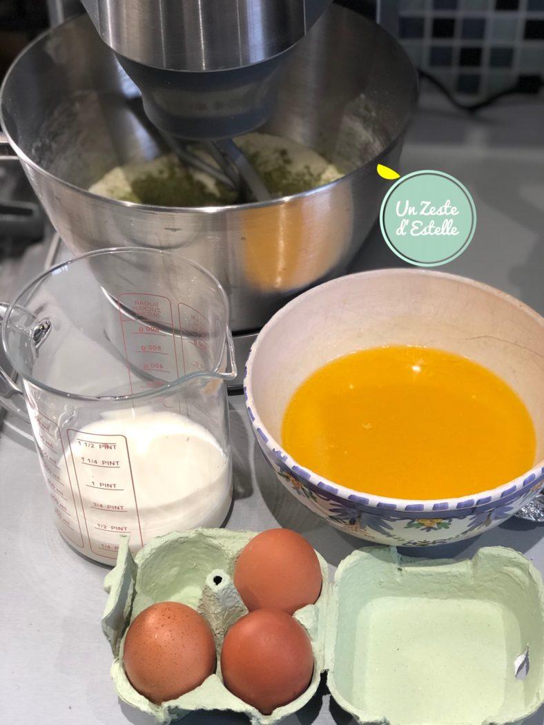 Ajoutez les œufs et le lait et mélangez.