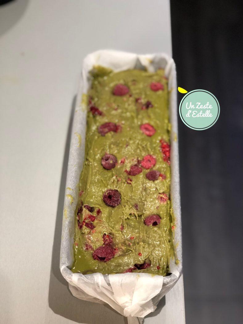 Enfin, transvasez la pâte dans le moule à cake chemisé de papier sulfurisé.