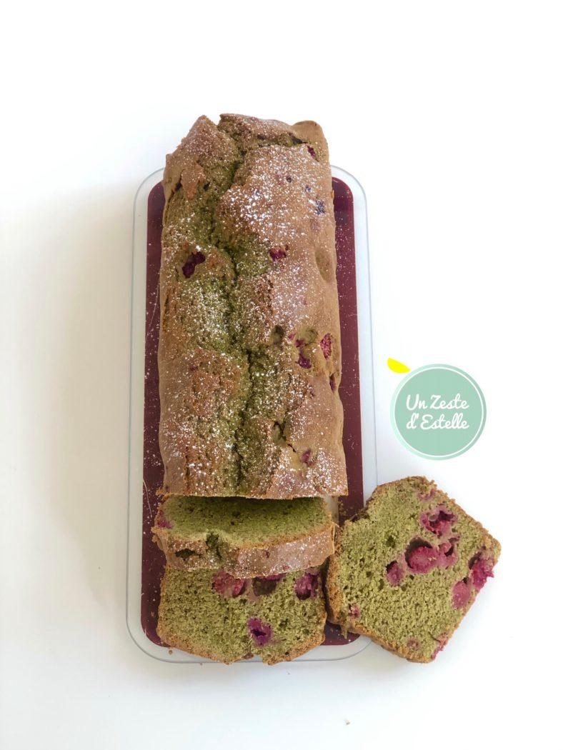 Ce cake au thé matcha et framboises se conserve très bien pendant deux jours au frigo.