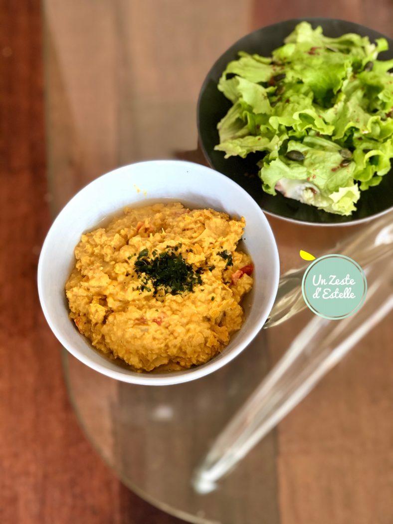 Servez votre dahl de lentilles corail vegan avec une petite salade