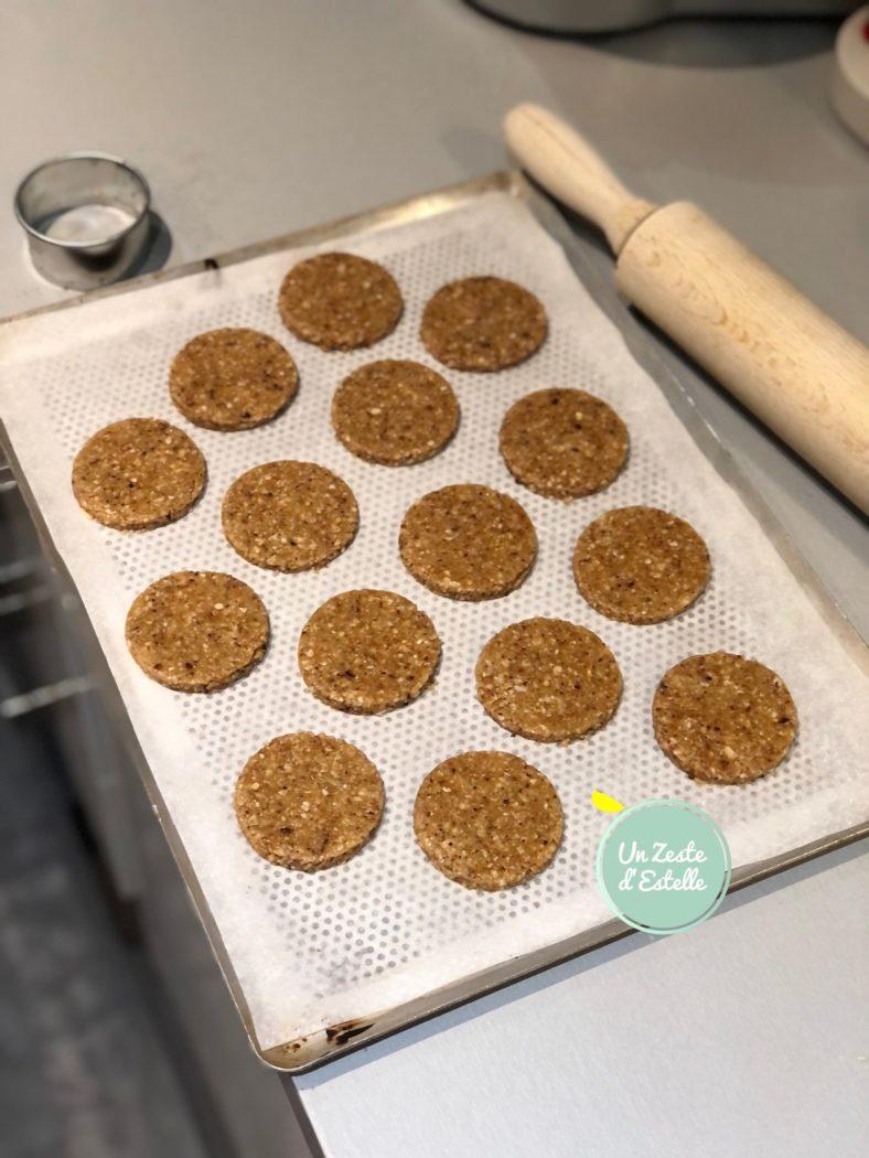 Avec un emporte-pièce de 6 cm de diamètre, découpez vos granola, et déposez-les sur une autre feuille de papier cuisson.