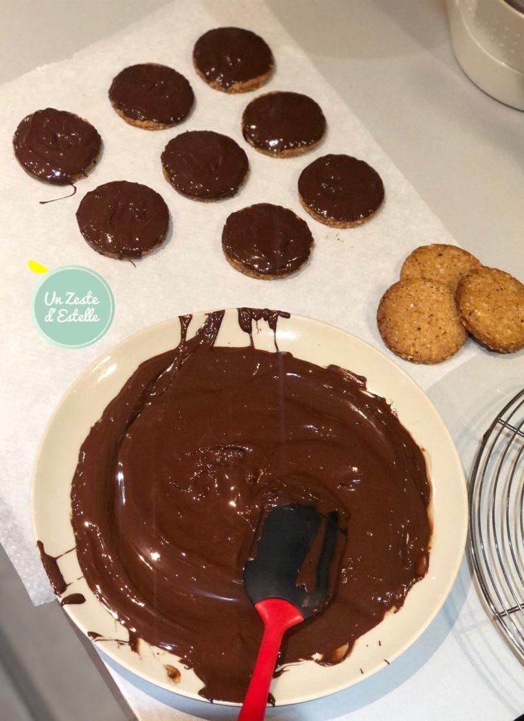 Enfin, retournez chaque granola vegan dans le chocolat, et laissez-le « sécher » sur la feuille de papier cuisson.