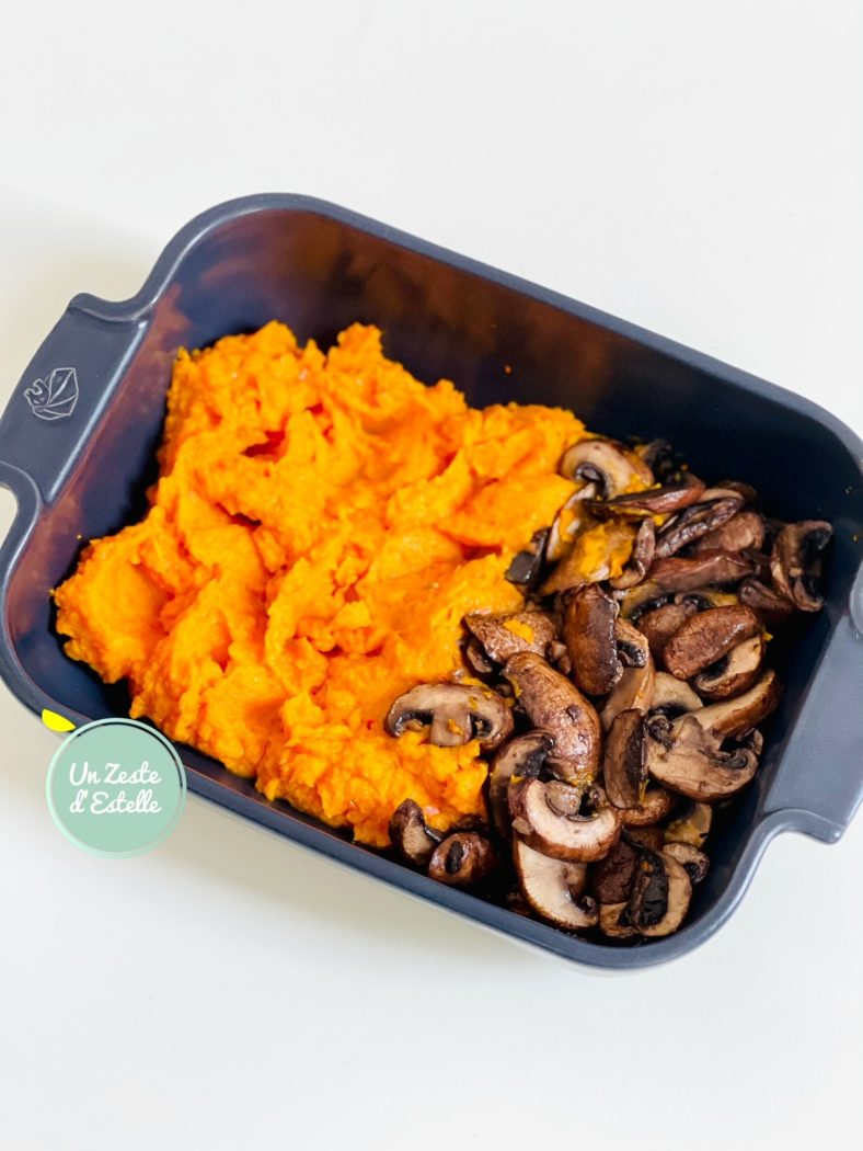 Puis versez votre purée de potimarron et vos champignons dans une cassolette ou un plat à gratin passant au four.