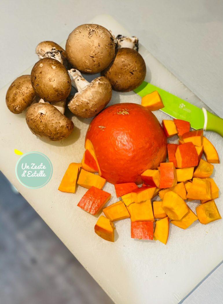 Lavez-le bien, puis découpez-le en deux et ôtez toute la partie centrale avec une grande cuillère (comme avec un melon).